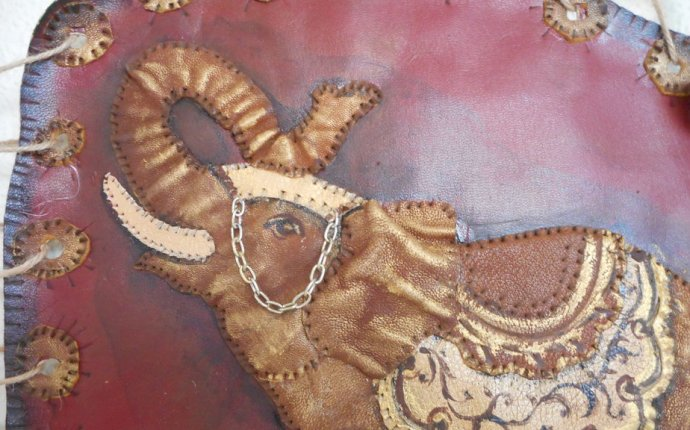 Купить Панно из кожи Трубящий Слон - бордовый, торжество, Декор